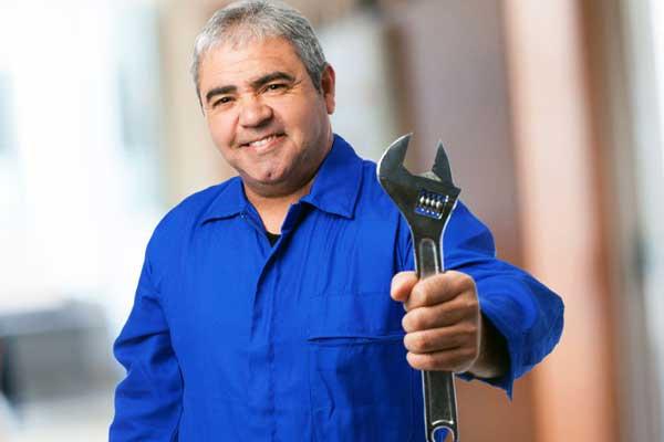 L'homme d'entretien des Hespérides du Ponant veille au bon fonctionnement du matériel de la Résidence
