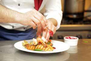 Le Chef cuisiner propose une cuisine raffinée